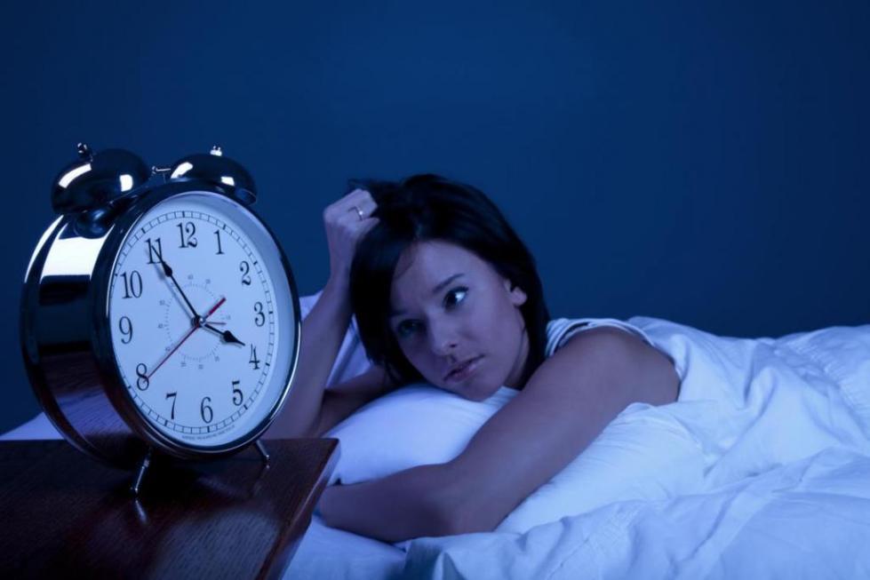 будильник и девушка
