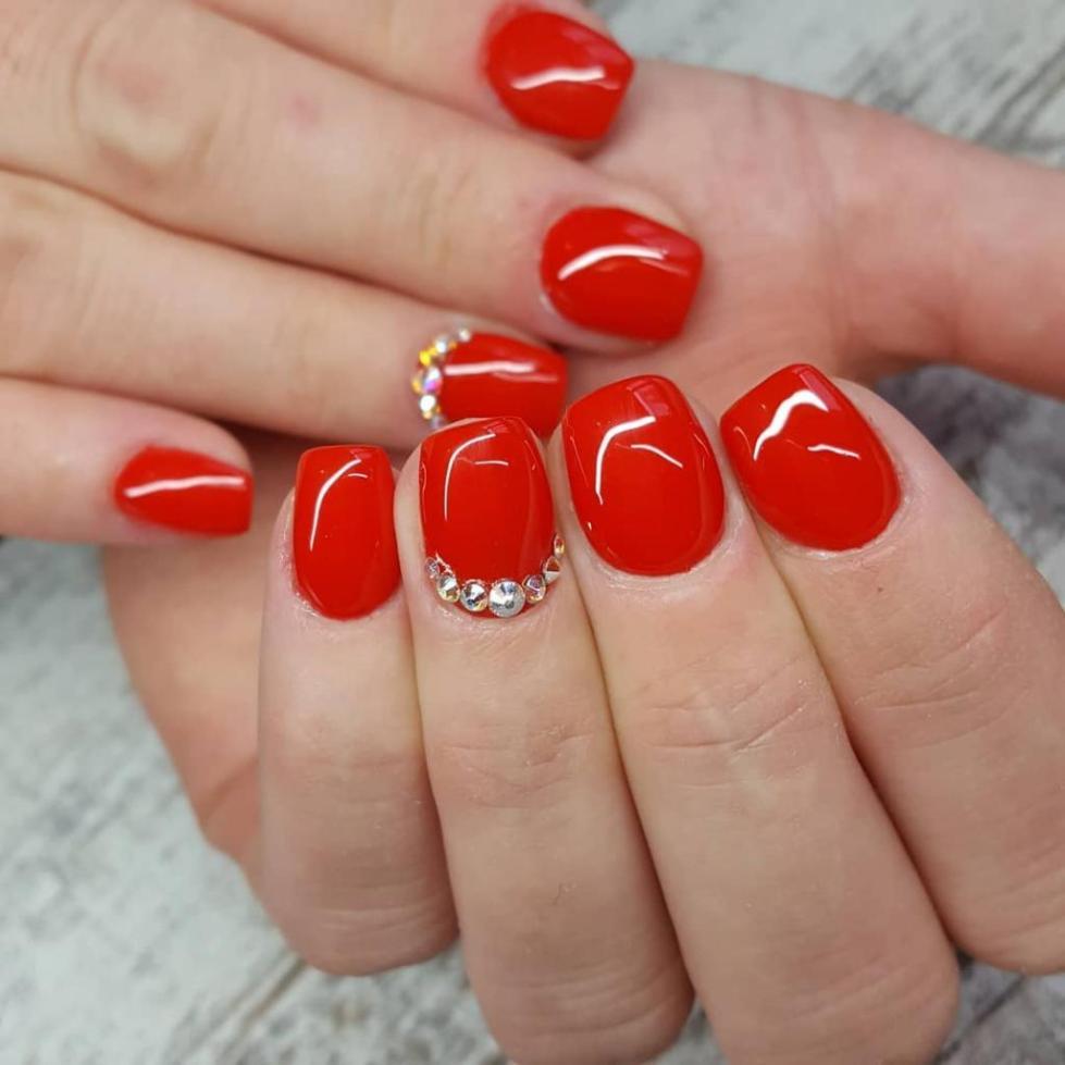 стразы рядом с кутикулой на красных ногтях