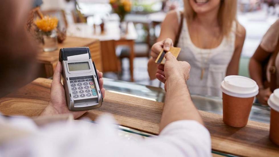 Оплата картой в кофейне
