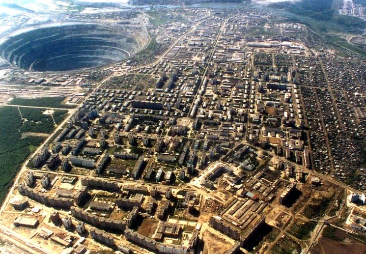 Город Мирный рядом с кимберлитовой трубкой