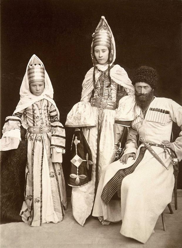 Кабардинские женщины и мужчина