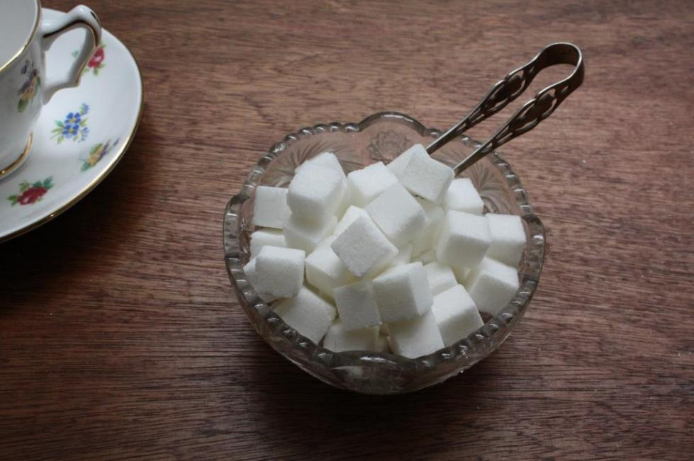 Сахар и часть чашки