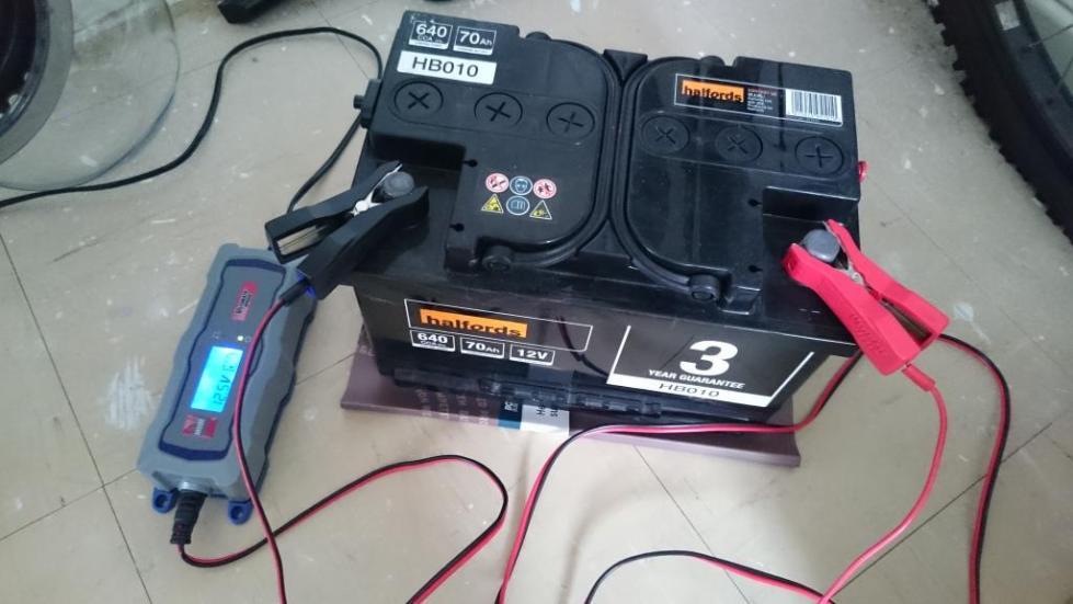 Каким напряжением заряжать автомобильный аккумулятор