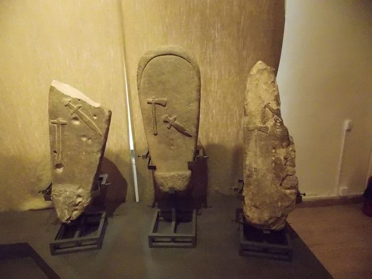 Надгробные стелы