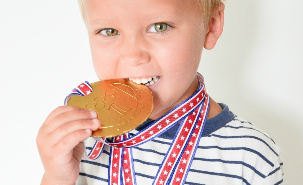 Ребенок с шоколадной медалькой