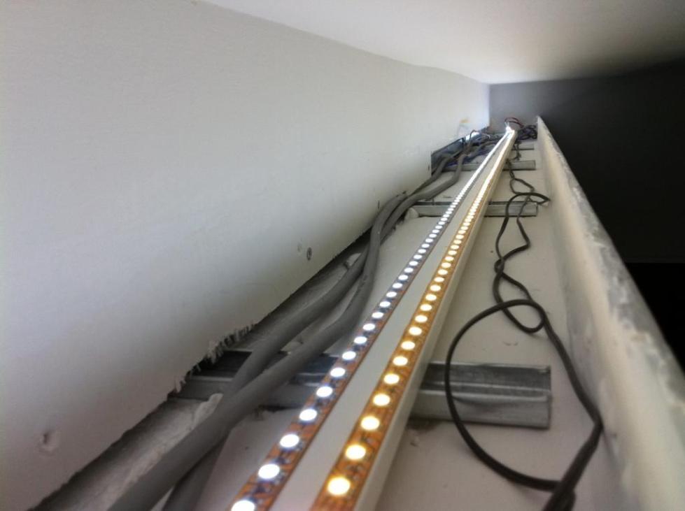установка подсветки потолка светодиодной лентой