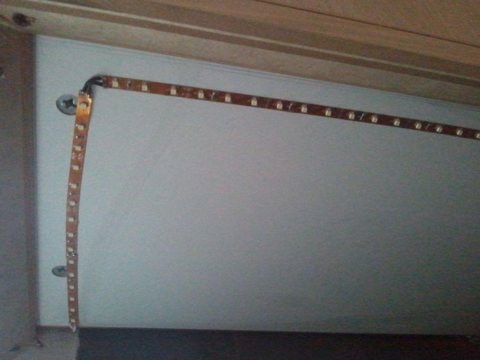 установка светодиодной ленты на натяжной потолок