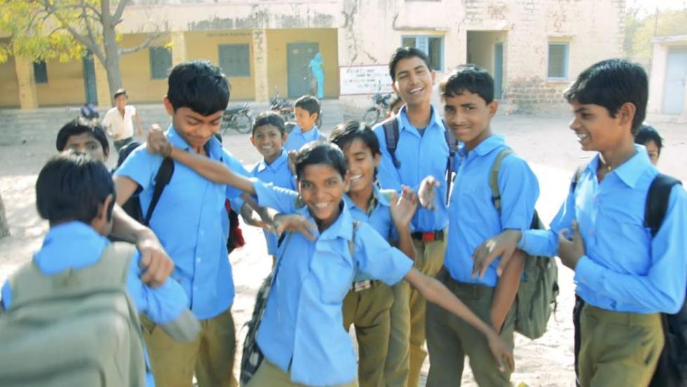Школьники в голубых рубашках