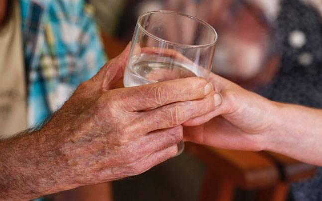 Подать кружку воды в старости