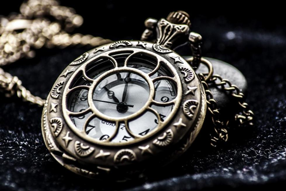Старинные часы в интерьере