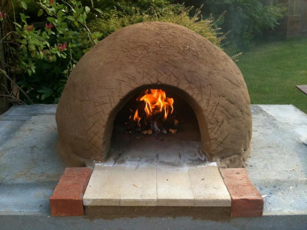 На фото изображена глиняная печь
