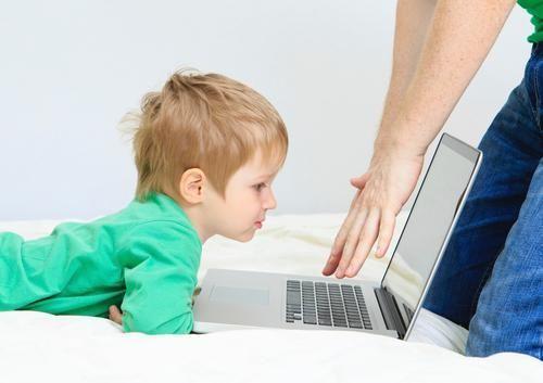 Мальчику не разрешают играть на ноутбуке