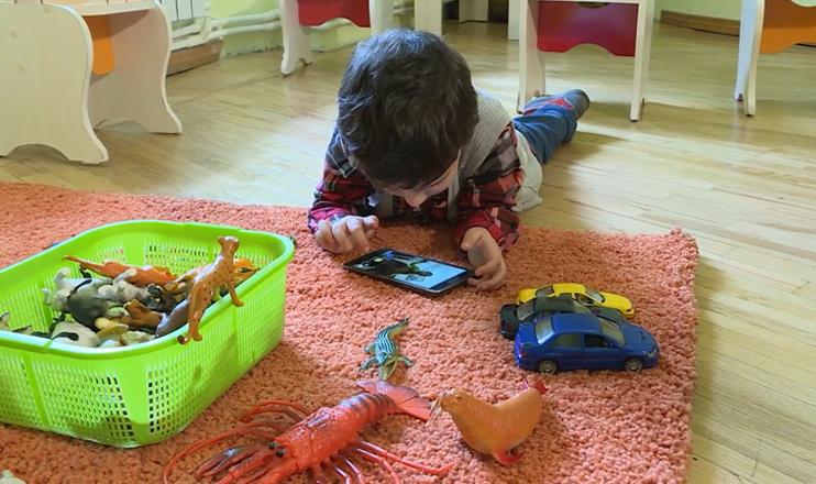 Ребенок играет со смартфоном