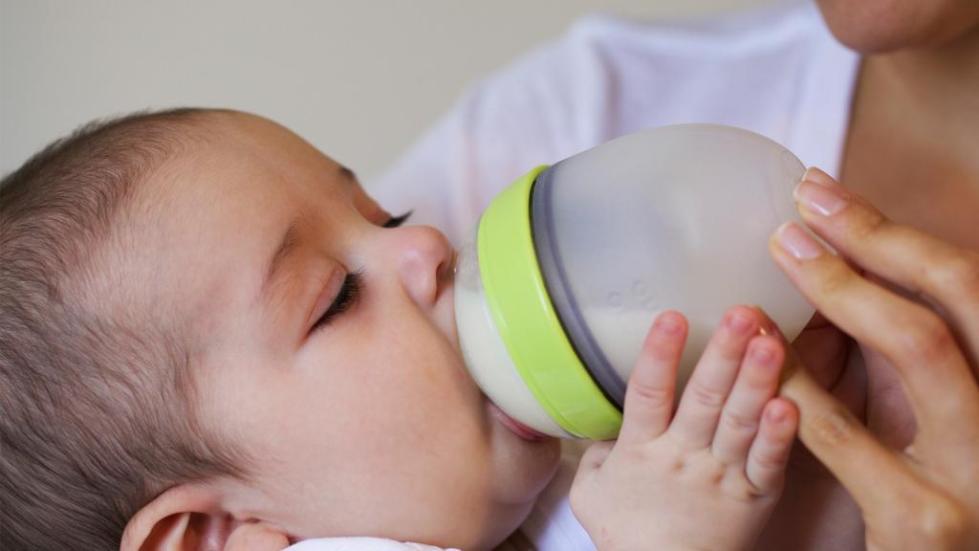 Ребенок есть из бутылочки