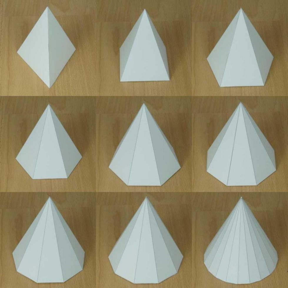 Набор пирамид из бумаги