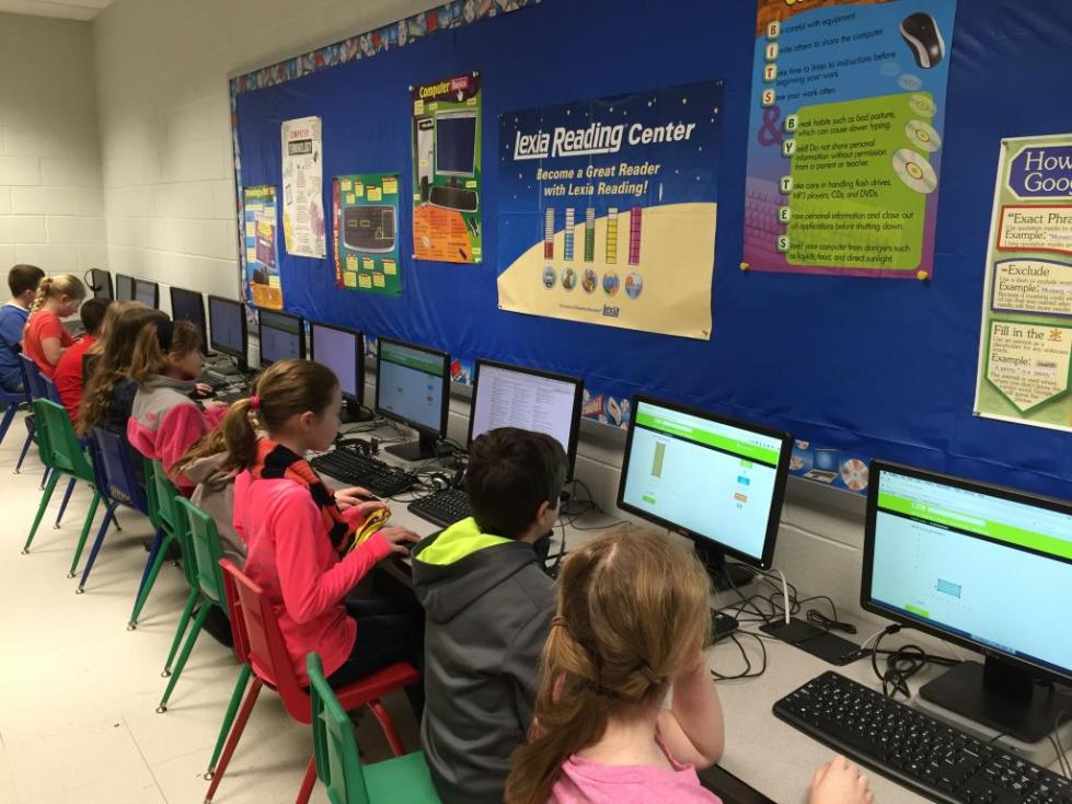 дети работают с компьютерами