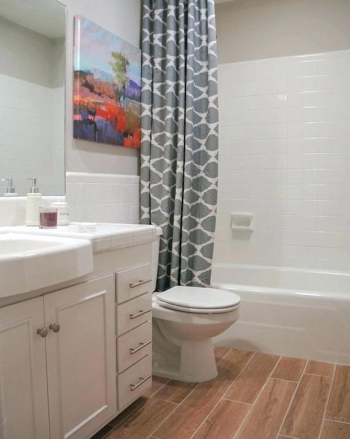 Яркая картина в ванной комнате