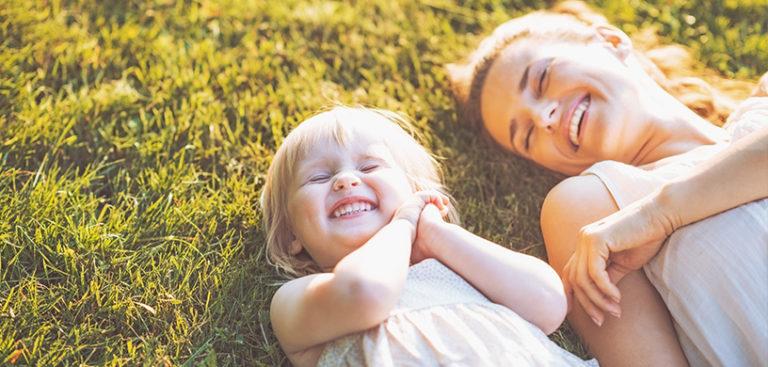женщина и девочка смеются