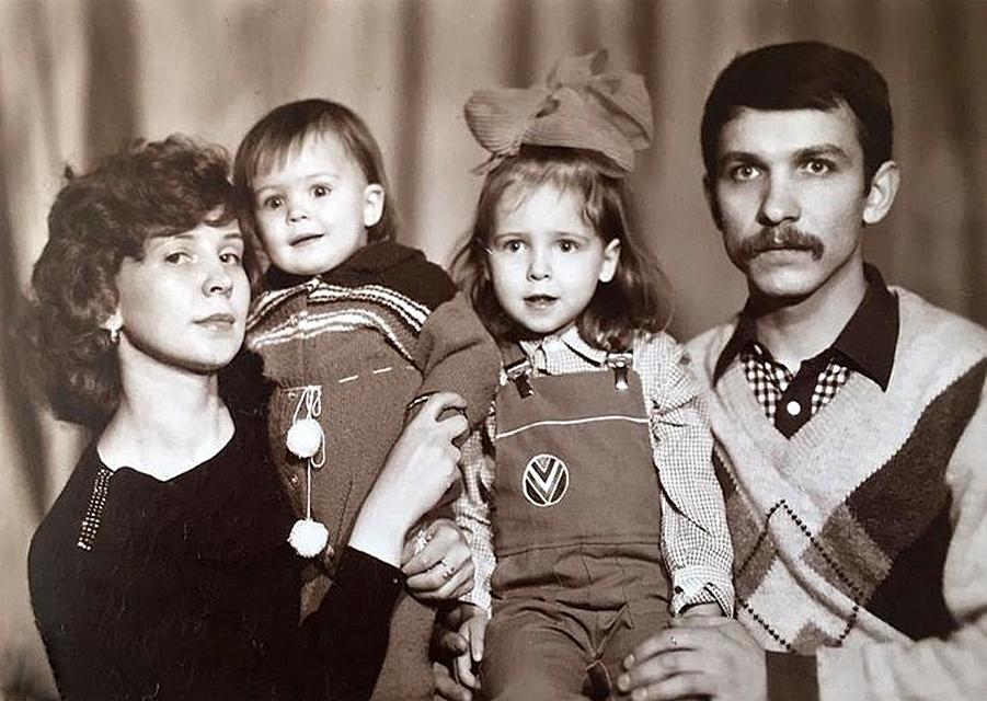 Марина со старшей сестрой и родителями