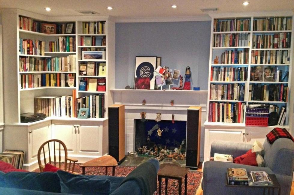 Книжный шкаф в гостинной