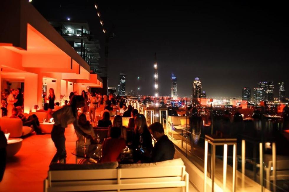 Ночная жизнь людей в Дубае