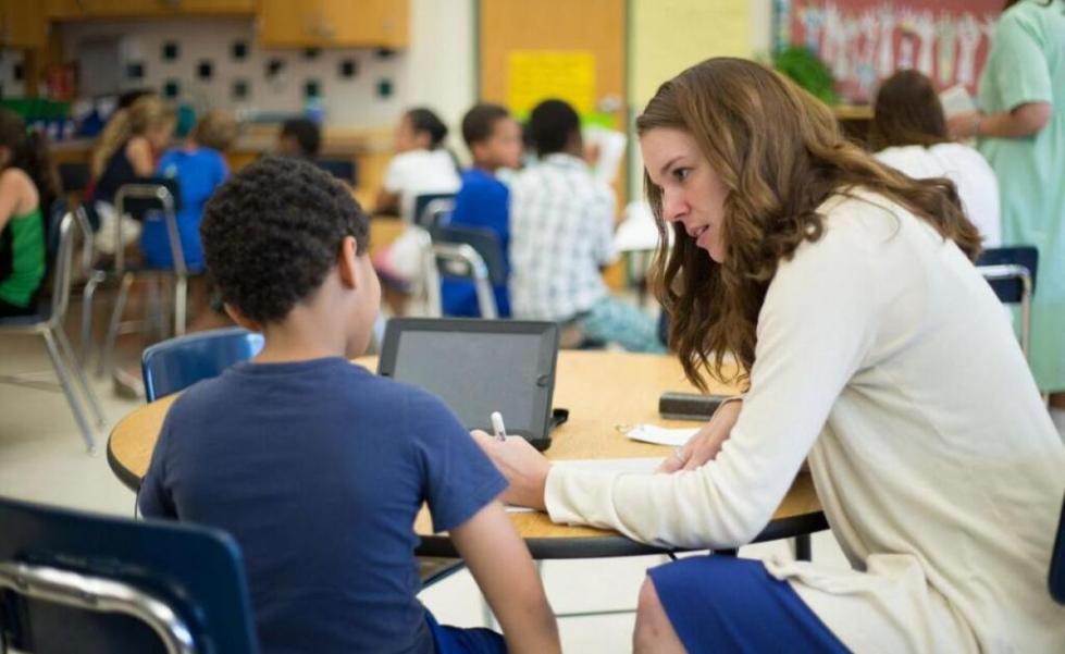 учительница разъясняет ученику
