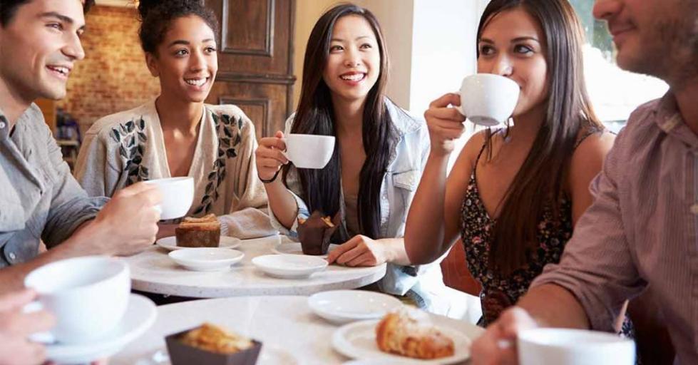 Встреча друзей за чашкой кофе