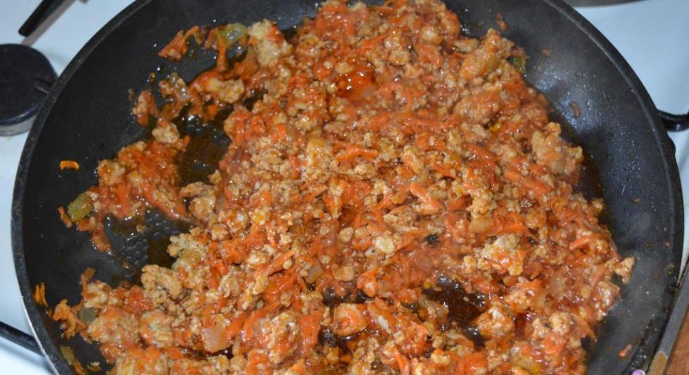 Фарш и овощи в сковороде