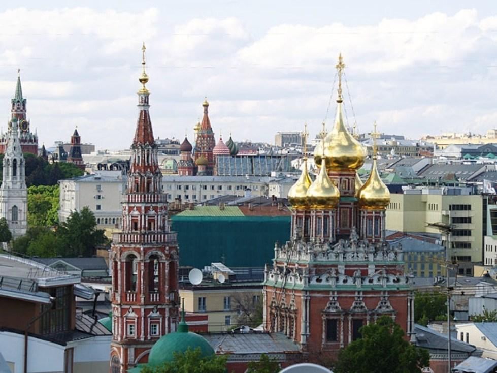 Храм в Кадашах на фоне Москвы
