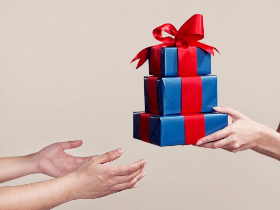 почему нельзя дарить заранее подарки на др