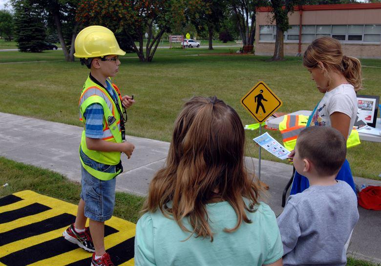 дети учат правила дорожного движения