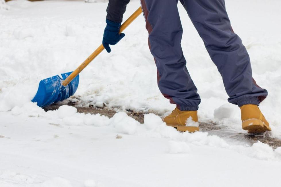 Человек чистит снег