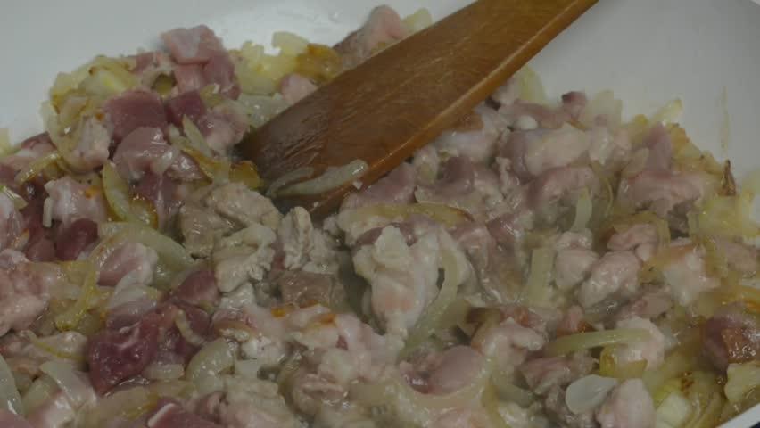Мясо жаренное с луком