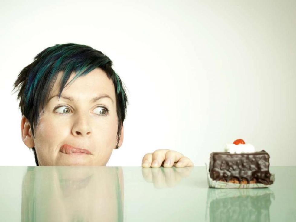 женщина хочет съесть торт