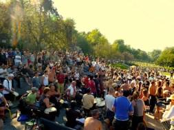 Menschenmenge im Park bei den Tam Tams in Montréal