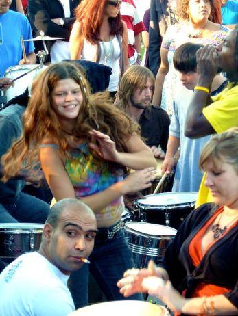 Tänzerin mit Batikshirt bei den Tam Tams in Montréal