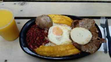 Bohnen, Kartoffel, Ei, Kochbanane, Reis, Fleisch, Arepa