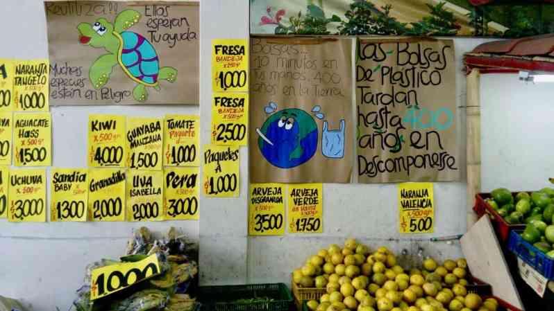 Umweltbotschaften im Fruchtladen (Bild: M. Schäfer, Textrakt)