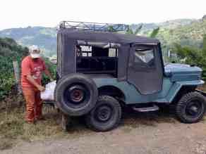 Der Willys aus den 50er Jahren ist das geeignete Transportmittel in diesem Gelände (Bild: M. Schäfer, Textrakt)