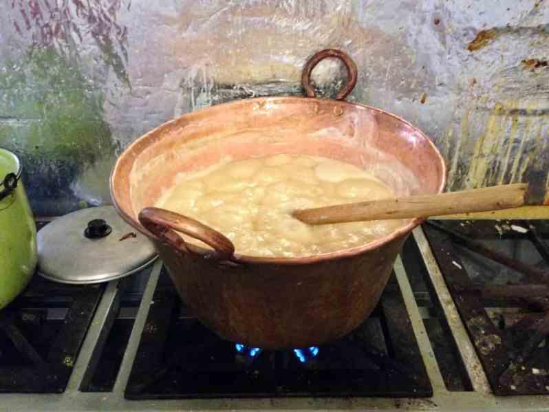 Der Zucker wird aufgekocht (Bild: M. Schäfer, Textrakt)