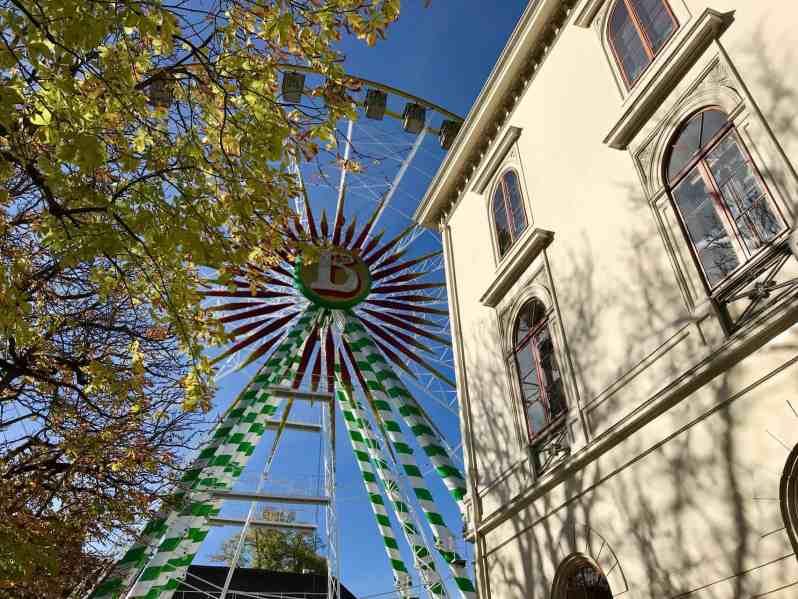 Noch steht es still: Das Riesenrad am Tag vor dem Messebeginn (Bild: M. Schäfer, Textrakt)