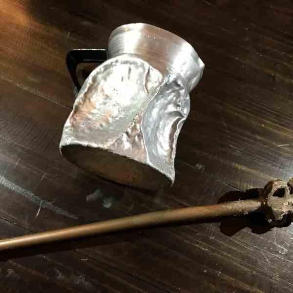 Vom Küchenschrank auf die Strasse: Bei den aktuellen Märschen und Streiks werden Küchengeräte zu Werkzeugen des Protests (Bild: M. Schäfer, Textrakt)