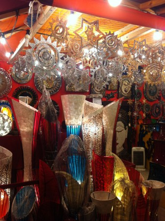 Weihnachtssterne und Lampen