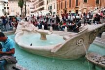 Fontana della Barcaccia am Fuß der Spanischen Treppe