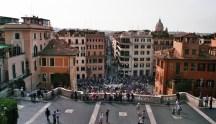 Blick vom Eingang der Trinità dei Monti auf die Via Condotti