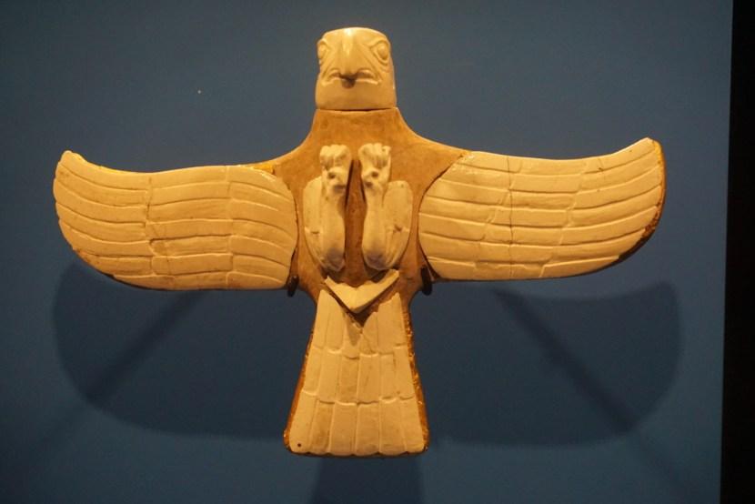 Figurine eines Raubvogels aus Gonur Depe. Der Adler stammt aus einem Königsgrab vom Ende des 3. Jahrtausends bis 2. Jahrtausends vor Christus. Die restaurierten Flügel sind vergoldet