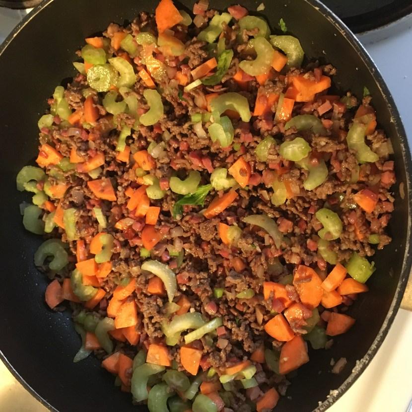 Gemüse und Fleisch in der Pfanne