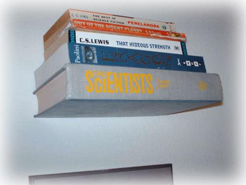 Wie von Geisterhand getragen, schweben die Bücher an der Wand