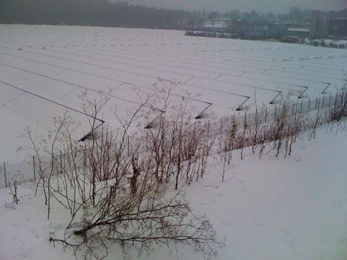 Schneebedeckte Sonnenkollektoren