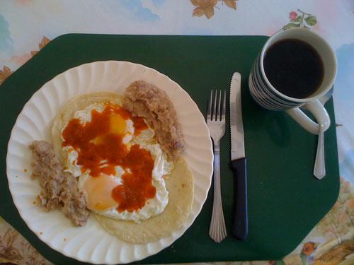 Huevos Rancheros - Spiegeleier mit Tortilla, Frijoles (=Bohnen), und einer scharfen Salsa de tomate